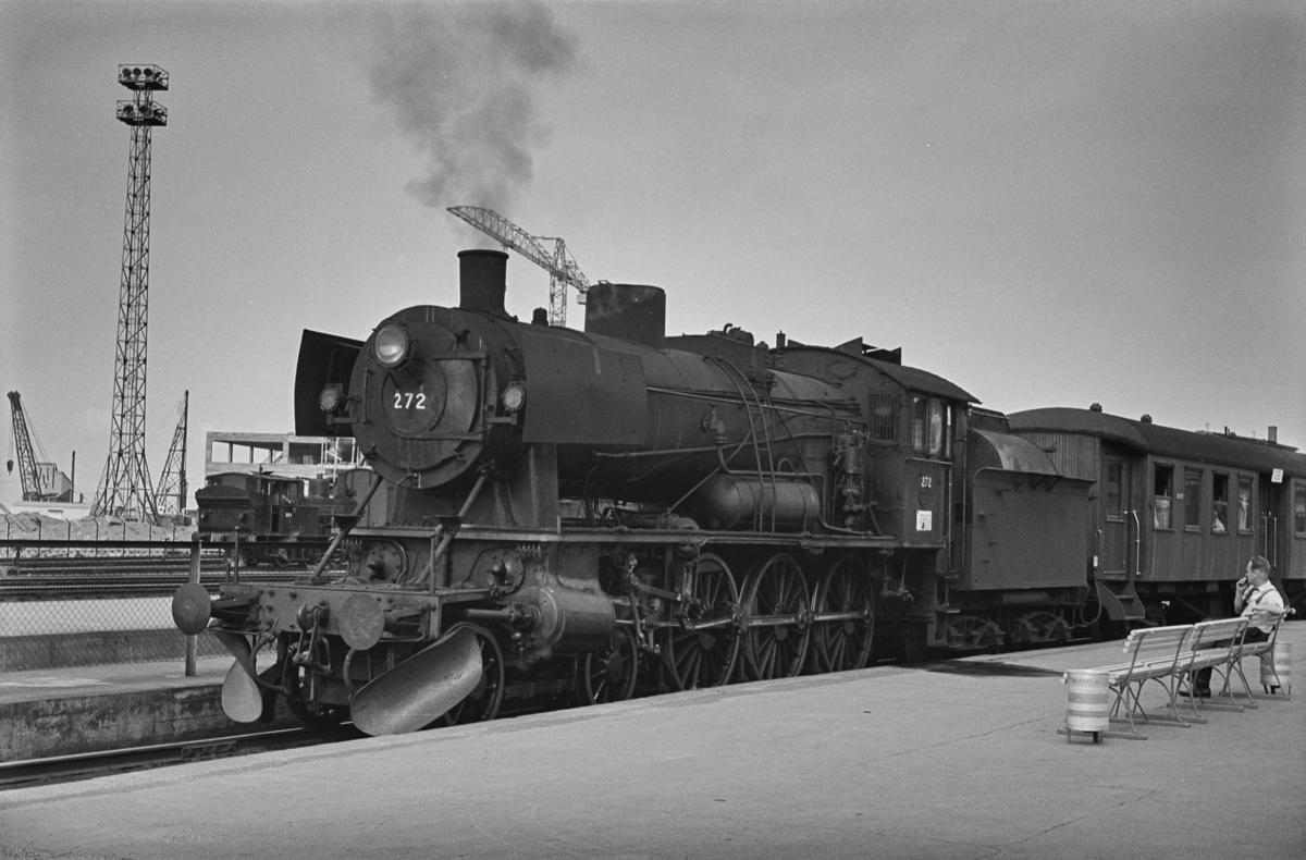 Forstadstog nr. 1728 fra Trondheim kl 1620 til Støren. Toget stoppet på alle stasjoner og holdeplasser og brukte 1 1/2 time til Støren. Toget trekkes av damplokomotiv 30a nr. 272.
