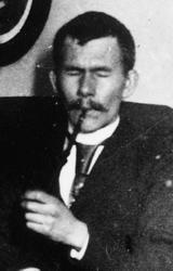 Studenten: Stud. philol. Olaf Broch var født i Horten i 1867, sønn av kjøpmann Johan Z. og Fanny Broch. I 1891 losjerte han hos assistent Due i 2. etasje i portoppgangen i Wessels gate 15. Hans eldre søster Gudrun, født i 1865, bodde i etasjen over hos enkefru Gill. Broch ble senere professor i slaviske språk og generalsekretær i Videnskapsakademiet i Oslo.