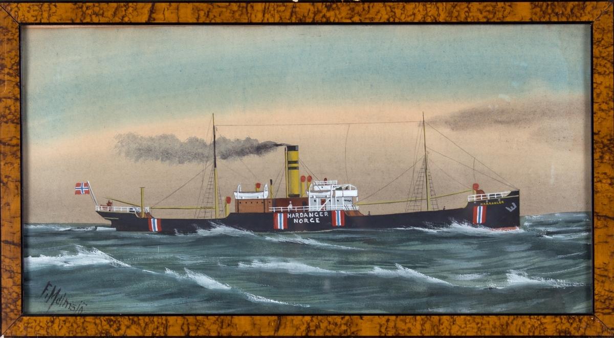 Skipsportrett av DS HARDANGER på åpent hav. Skipet er malt med nøytralitetsmerker og fører norsk flagg i akter.