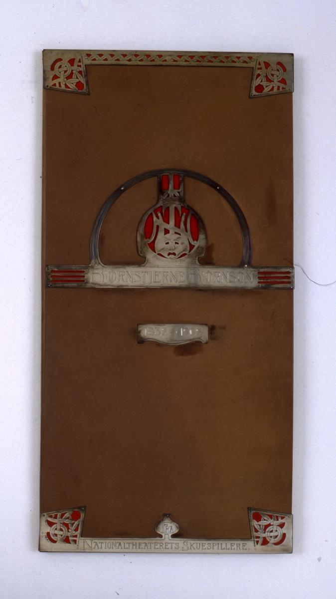Adresse innbundet i brunt kalveskinn med sølvbeslag. Den er fôret med hvit silkerips. Teksten er skrevet med gotiske bokstaver i gull, rødt , blått og svart. Under alle kunstnernes navnetrekk i alfabetisk orden.