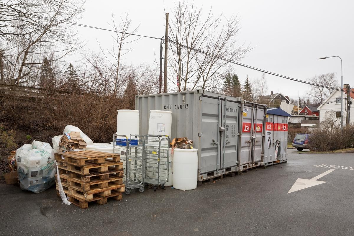 Statoil Nadderud. Containere bak bensinstasjonen.