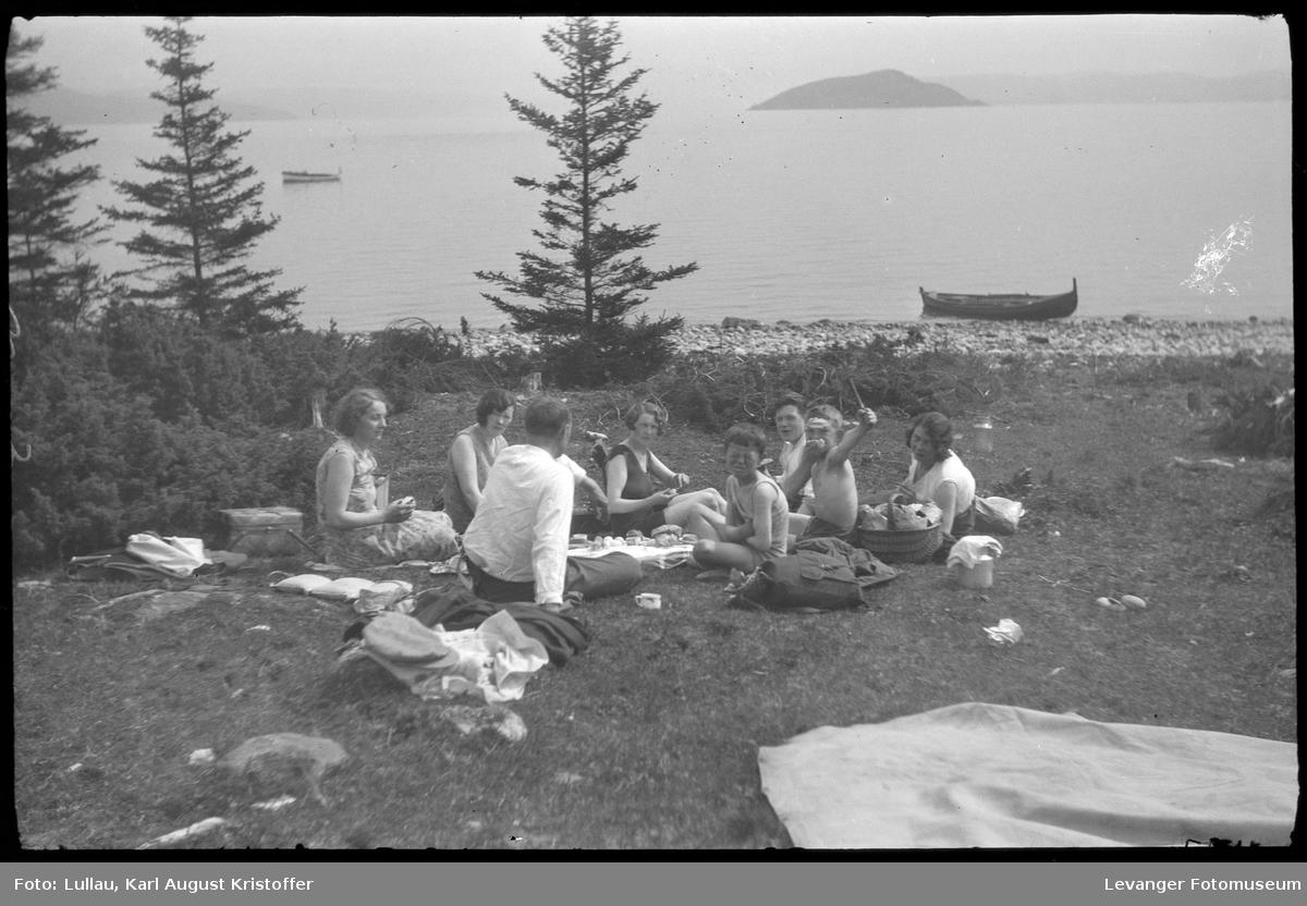 Picknick ved sjøen i Levangerområdet.