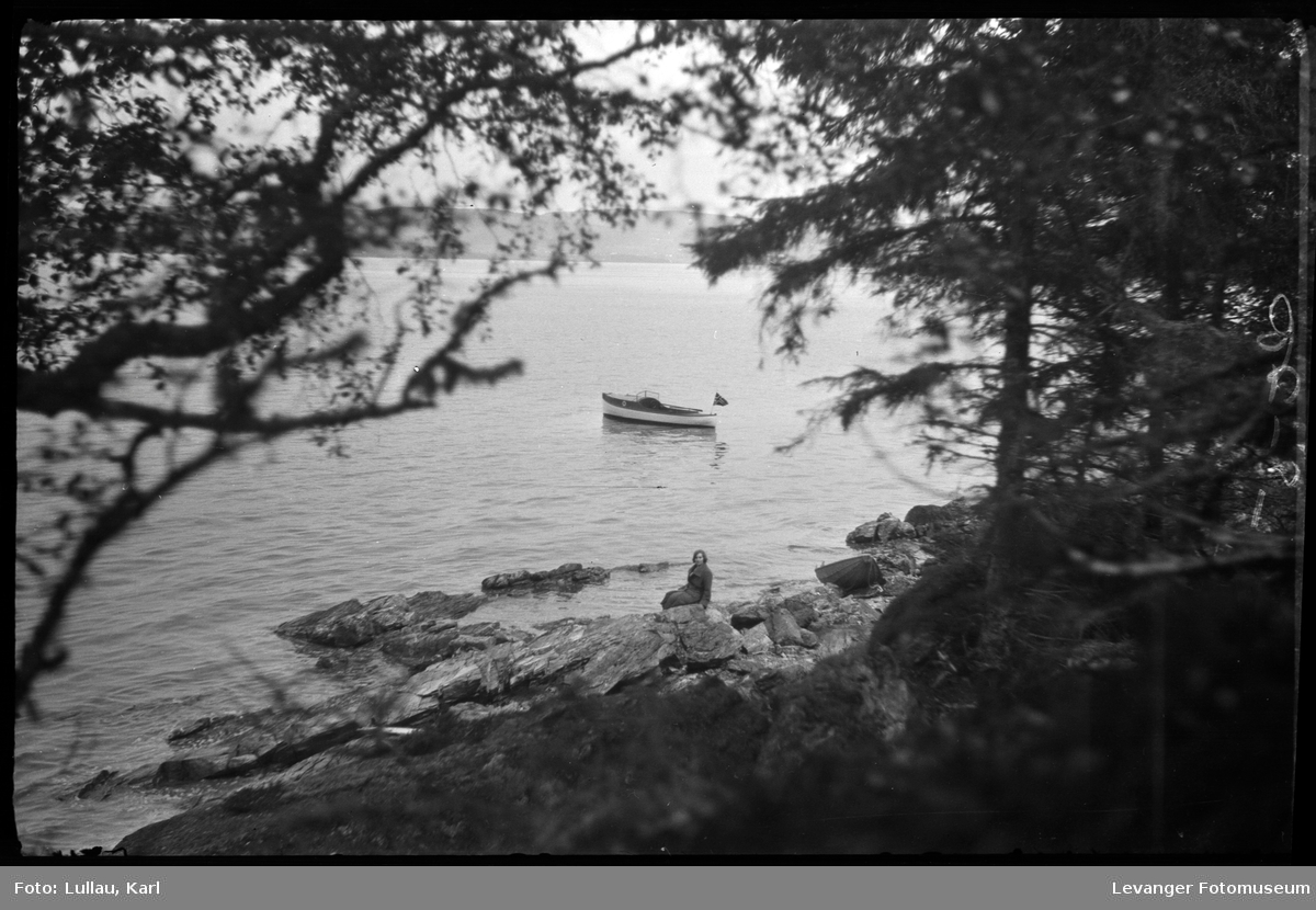 Ved sjøen, Jenny Lullau i bildet.
