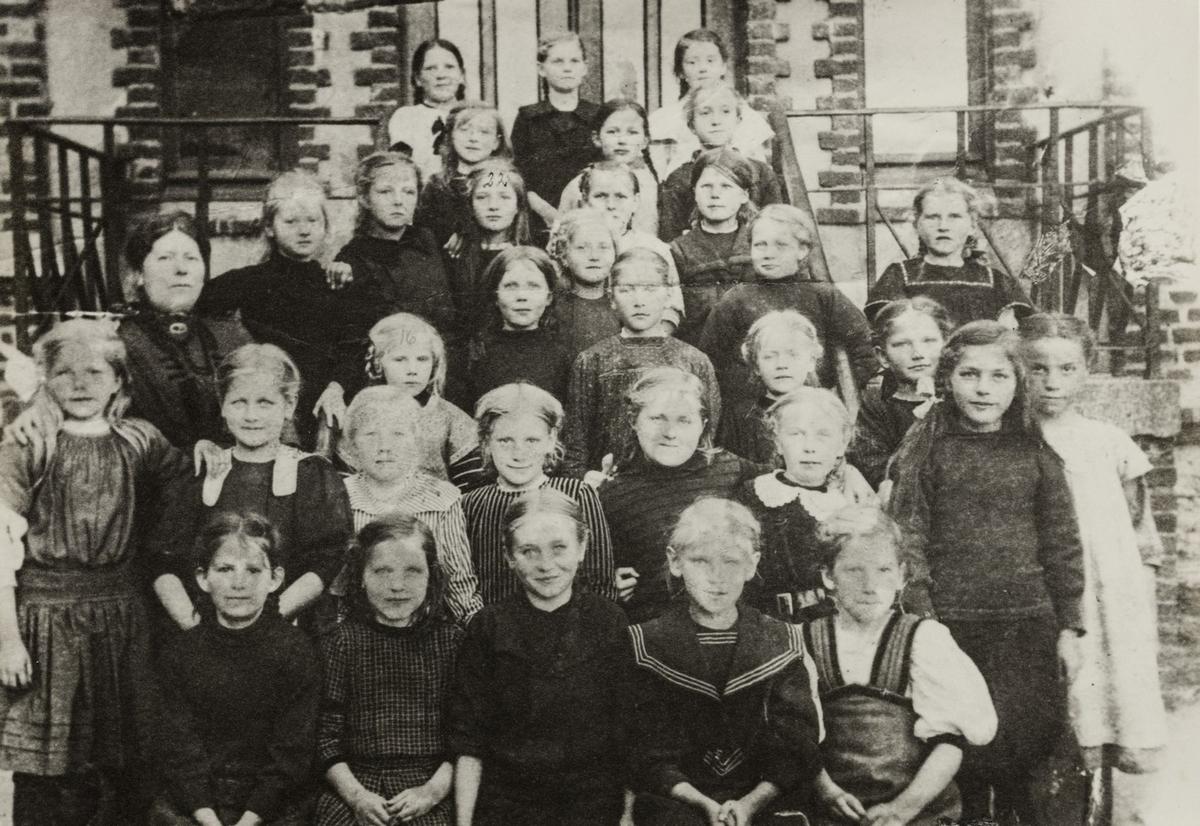 Klassebilde 3. klasse jenter Breidablik skole 1913.