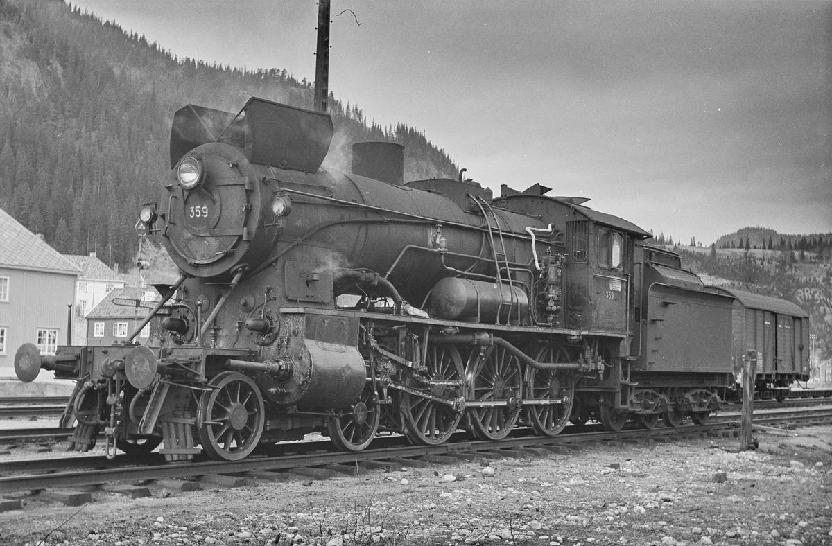 Damplokomotiv type 30b nr. 359 på Støren stasjon.