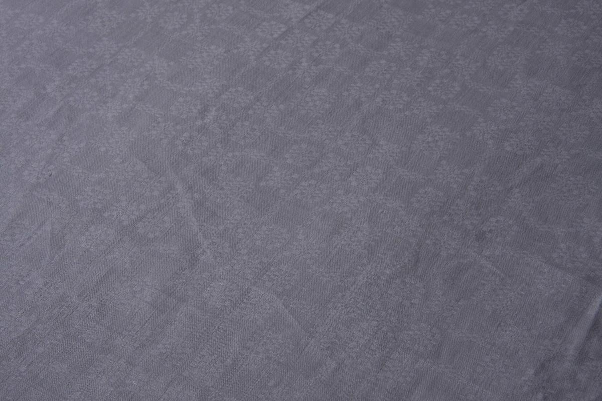 Grov hvit lindreil, småmønstret. Sydd sammen på midten, smal fall på kortsidene.