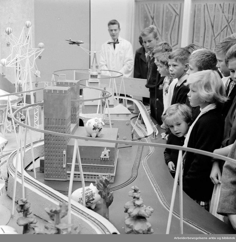 Sparebank, Akersgata 36. åpner barnebanken. August 1962