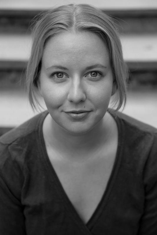 """Svart-hvitt portrett av skuespiller Kristine Grændsen i stykket """"Mellom jungel og hav""""."""