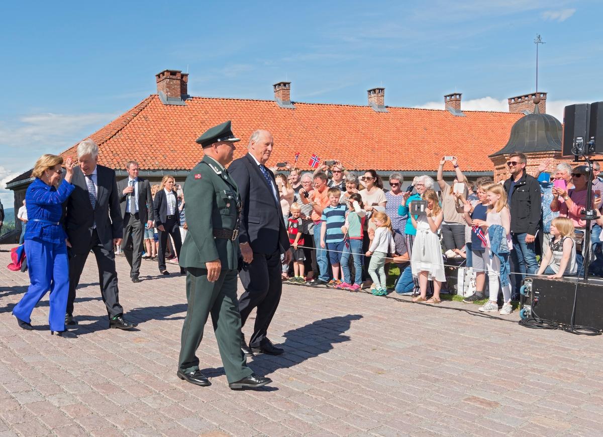 Deres Majesteter Kongen og Dronningen gjennomførte i perioden 11. til 14. juni 2017  en jubileumsreise med besøk til fylkene Hedmark og Oppland. Kongen og Dronningen avsluttet sin 80-års jubileumsreise i Innlandet med å besøke Kongsvinger. Bildet er tatt under besøk på Konsvinger festning. Kong Harald og Dronning Sonja. Kongebesøk. Kongelige. Festningen.