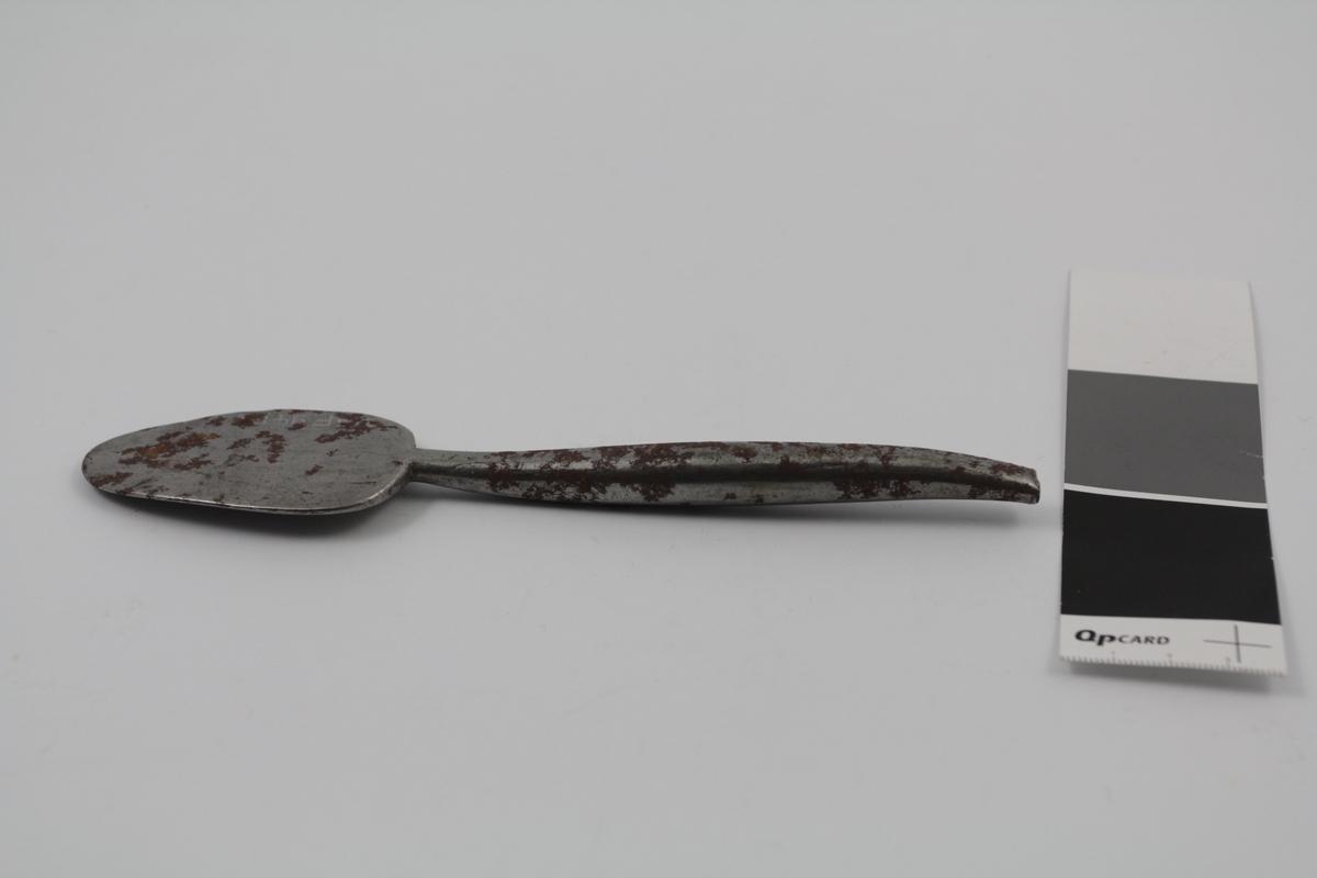 Spatel med ett blad i metall. Brukt til salveproduksjon.