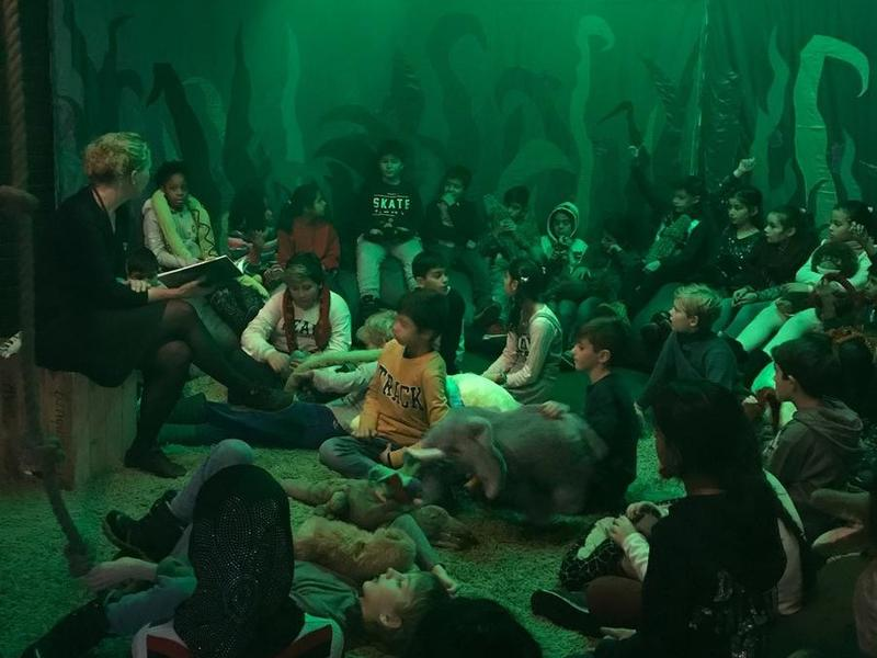 Heidi Thöni Sletten har lesestund for barn i jungelen i utstillinga Sally Jones. (Foto/Photo)