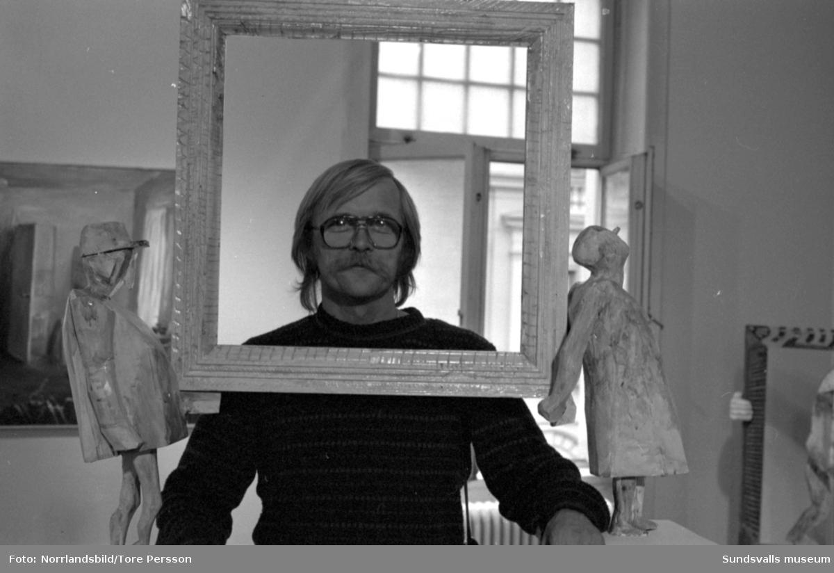 Konstutställning vid Sundsvalls museum, Storgatan 29, besökare/personal.