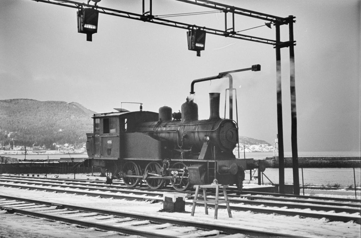 Damplokomotiv type 23b nr. 455 ved vannstenderen på Trondheim stasjon.
