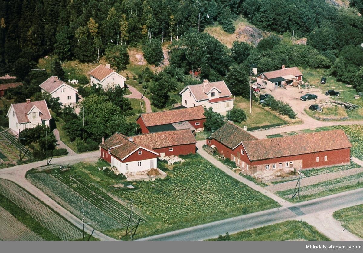 Flygfotografi över bebyggelse i Toltorp, Mölndal. Från vänster ses Tolsegården 1, Mellangården 7, Nordgården 1 och Nordgården 2. Reprofotografi.