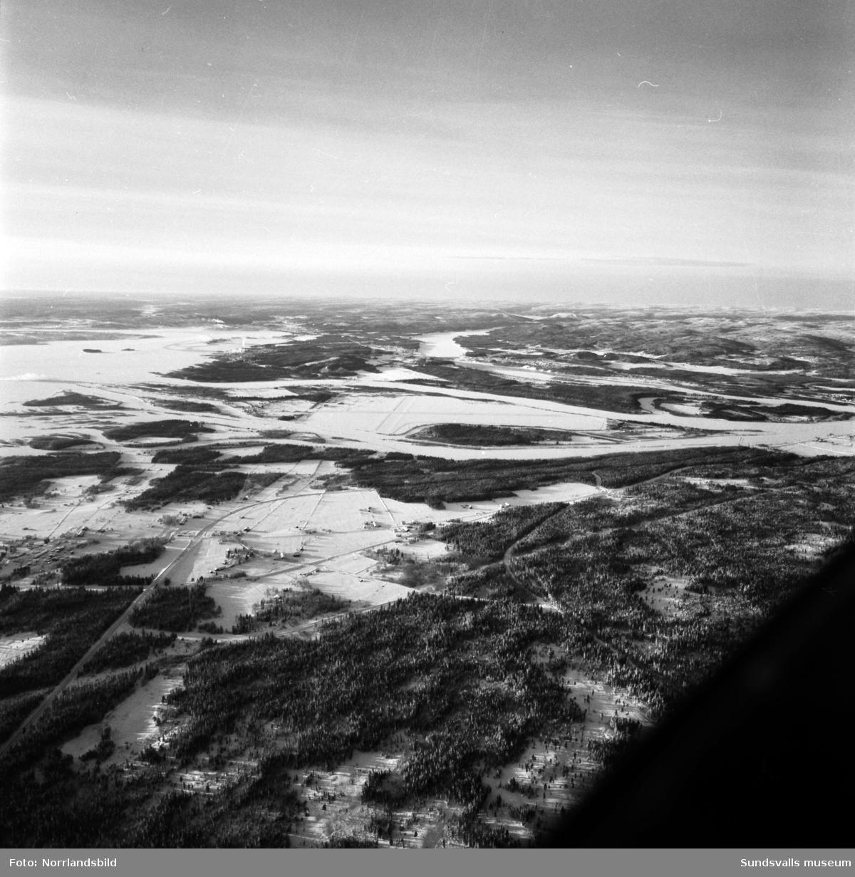Flygfoton över Indalsälvens delta med fokus på Skeppsholmen och Midlanda flygfält.