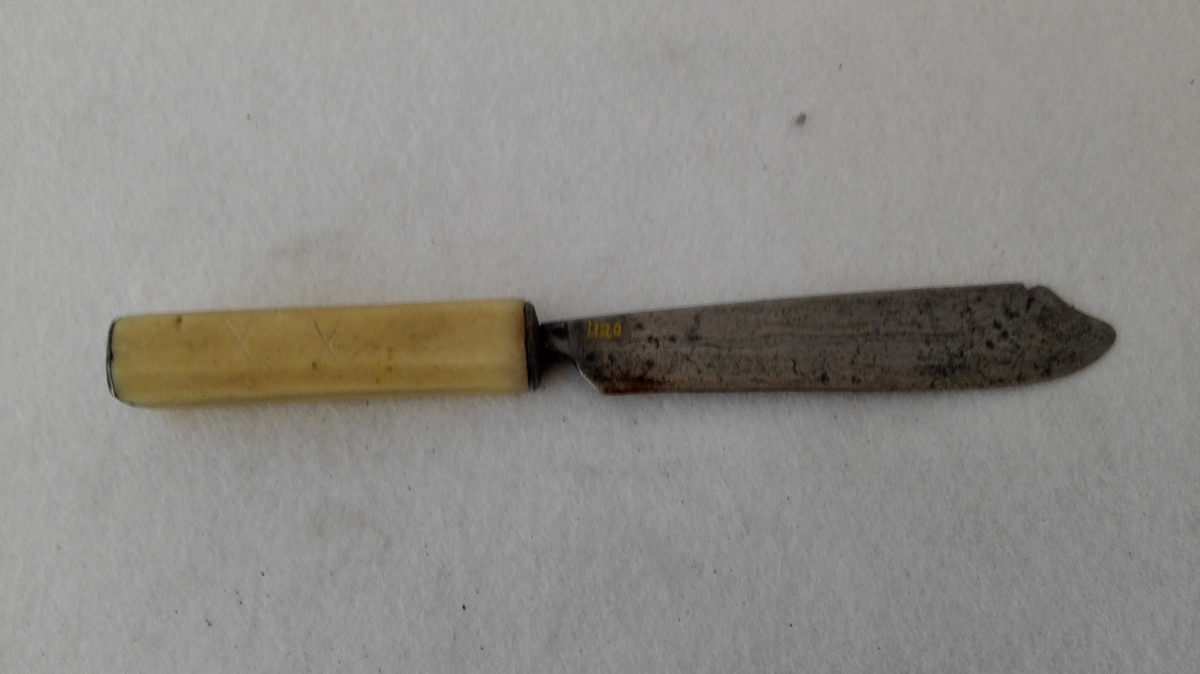 Form: Heimesmidd blad med åttekanta beinskaft.