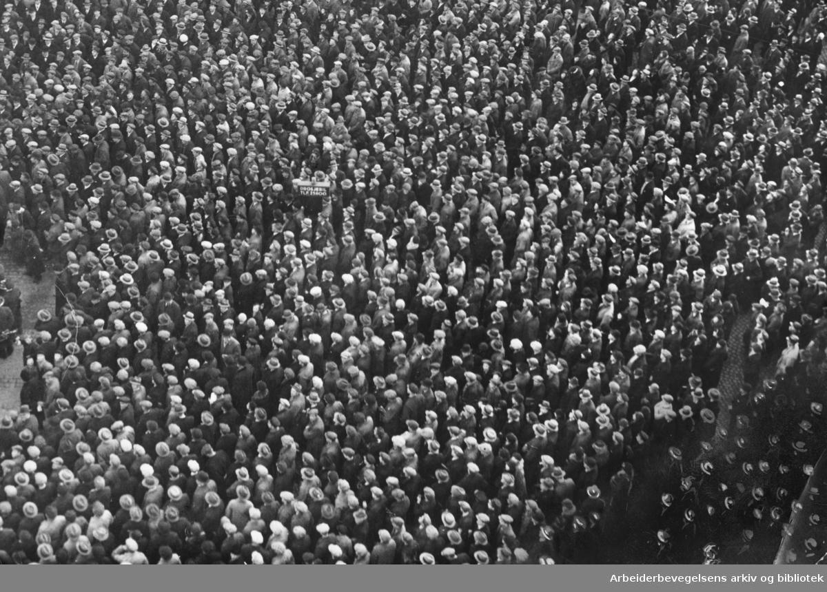 Demonstrasjon foran Stortinget mot arbeidsløshet og for Arbeiderpartiets kriseplan, 20. mars 1934.