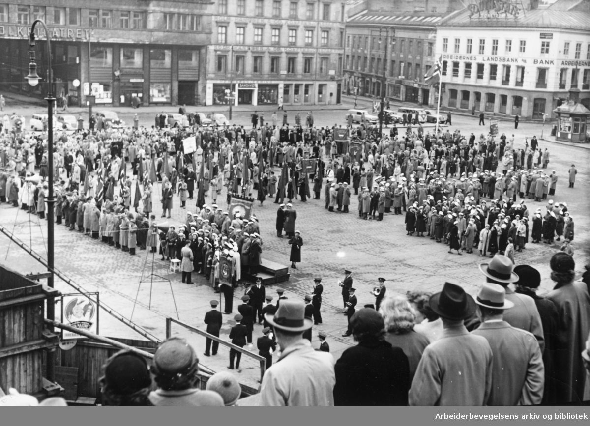 1. mai 1955, flaggparade på Youngstorget.