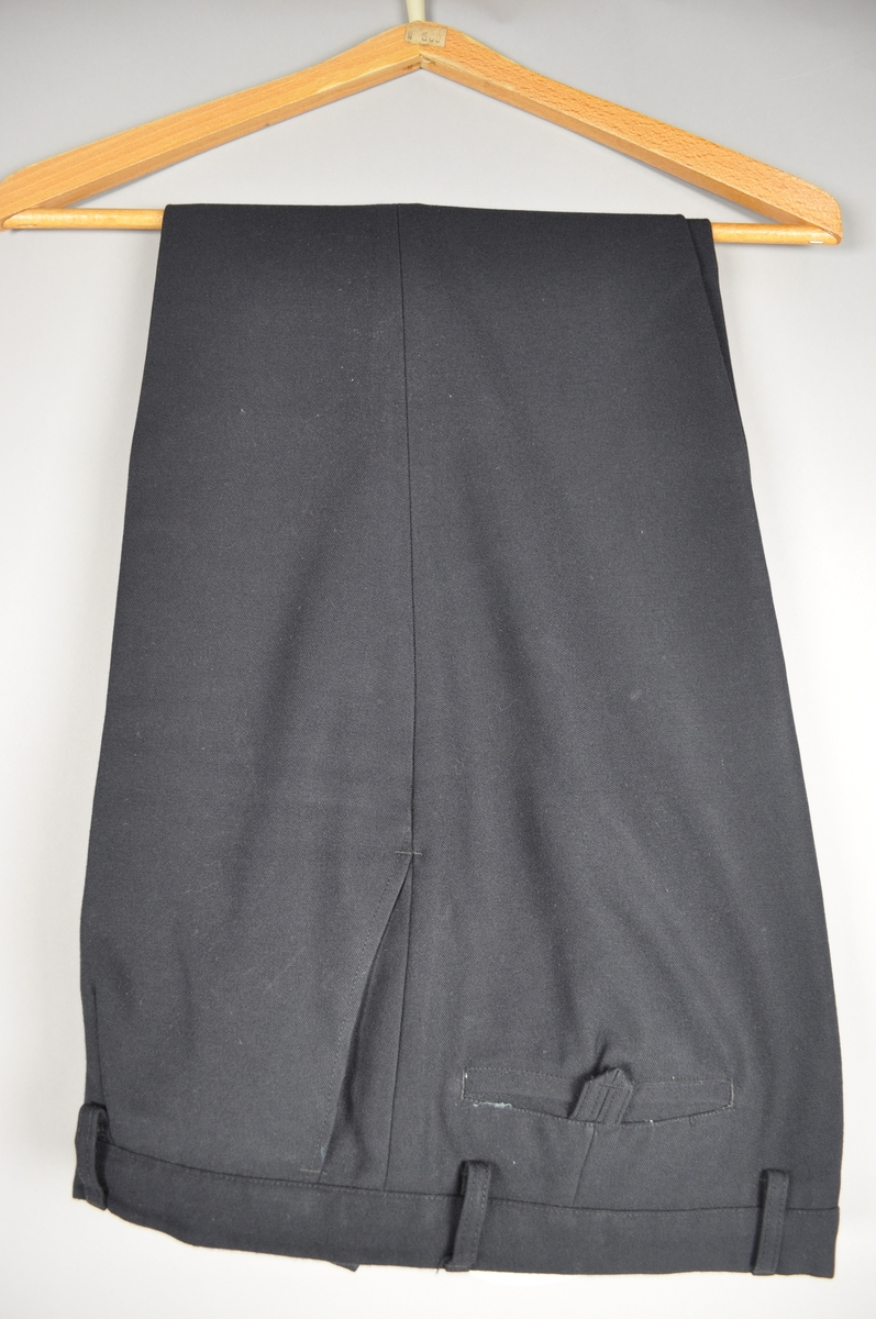 Uniformen er mørke blå og består av jakke og bukse. Gullknapper og postlogo med eikeløv og tre stjerner.