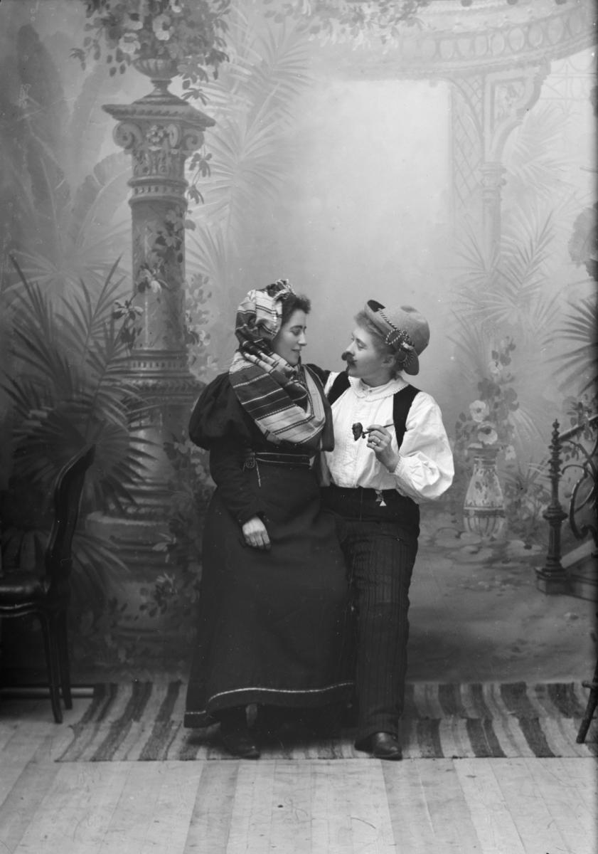 """To kvinner utkledd som mann og kone beskrevet som """"Lingelingeling med kone"""" adresse fogd Müller."""