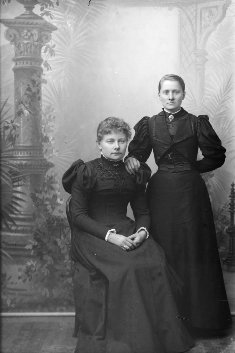 Portrett av Petra Forr, født 1871 i Sør-Fron og en venninne