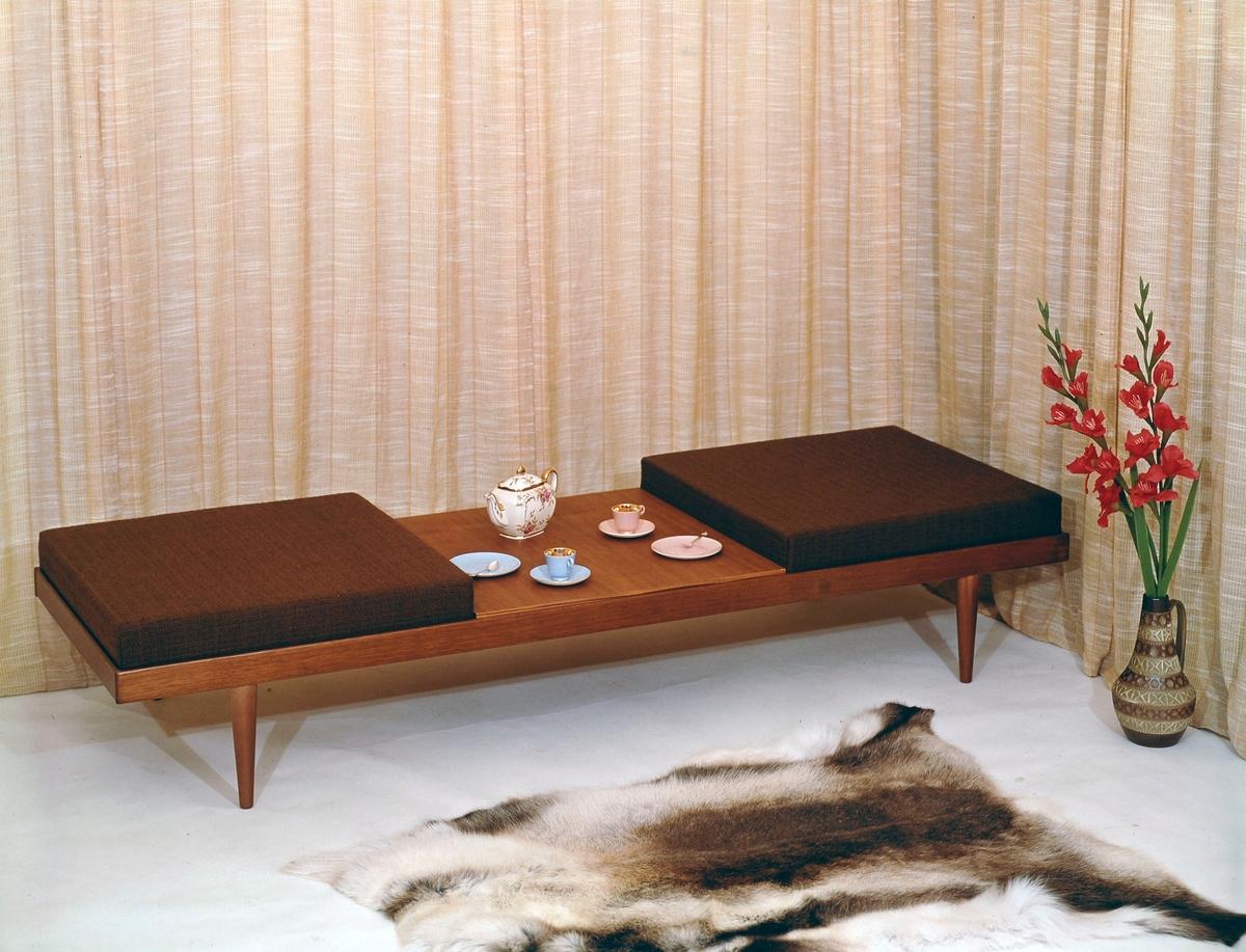 Sittemøbel. Benk med bord. Kombinasjonsmøbel.