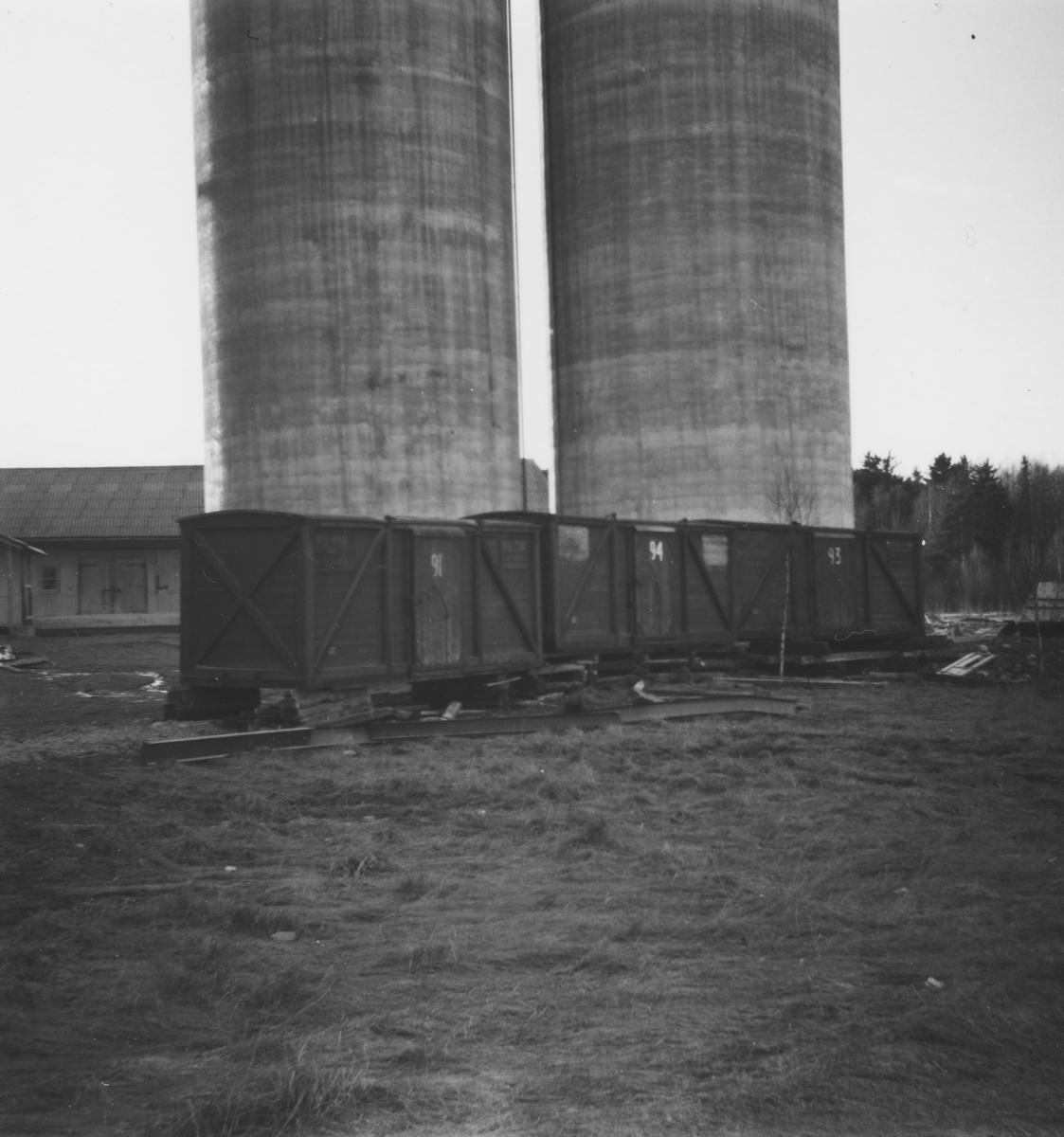 Tre av Urskog-Hølandsbanens lukkede løftekasser ble etter banens nedleggelse benytter til lagringsformål ved kornsiloen på Bjørkelangen.