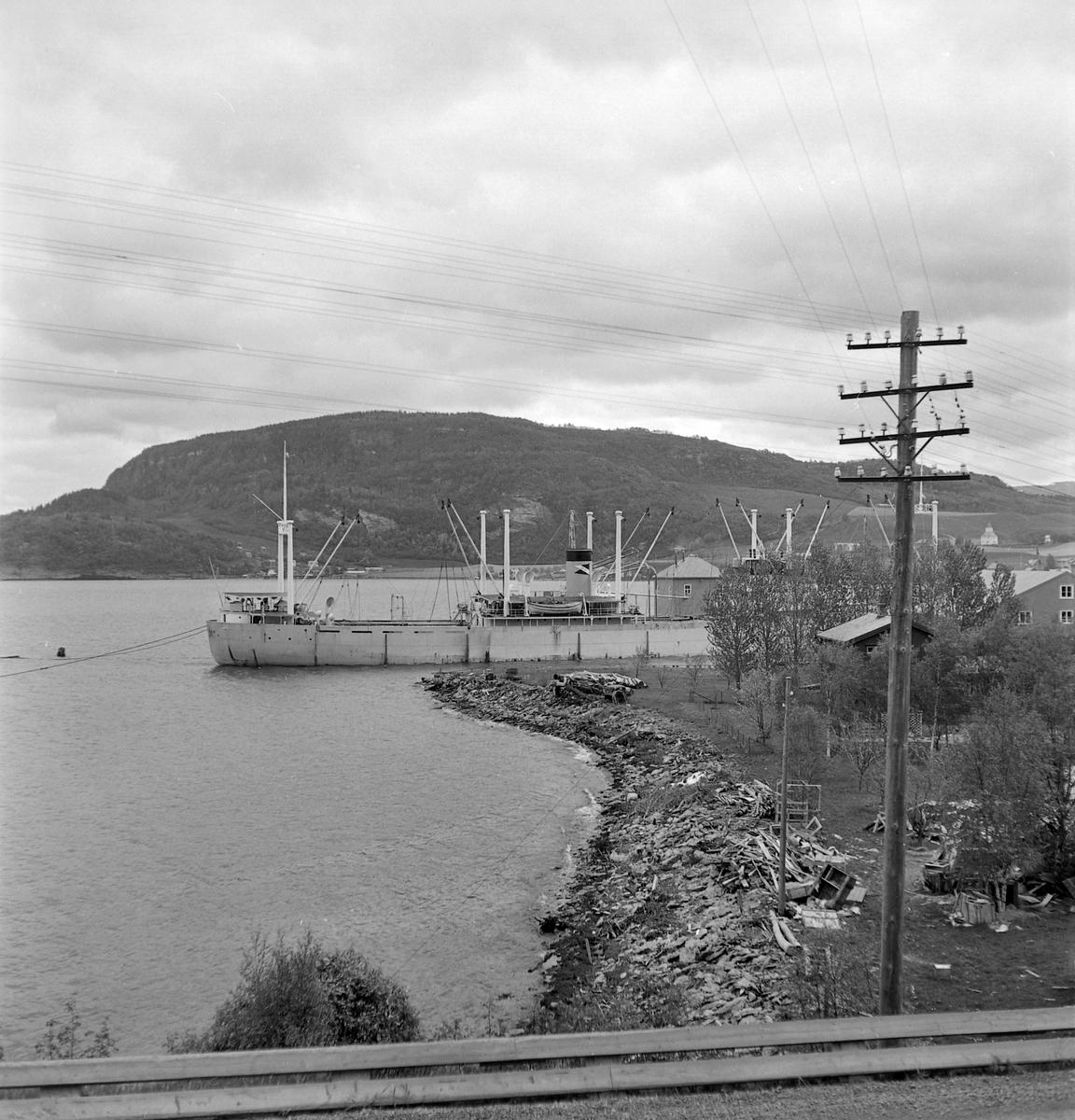 Lossing av båt ved I. C. Piene & Søn i Buvika