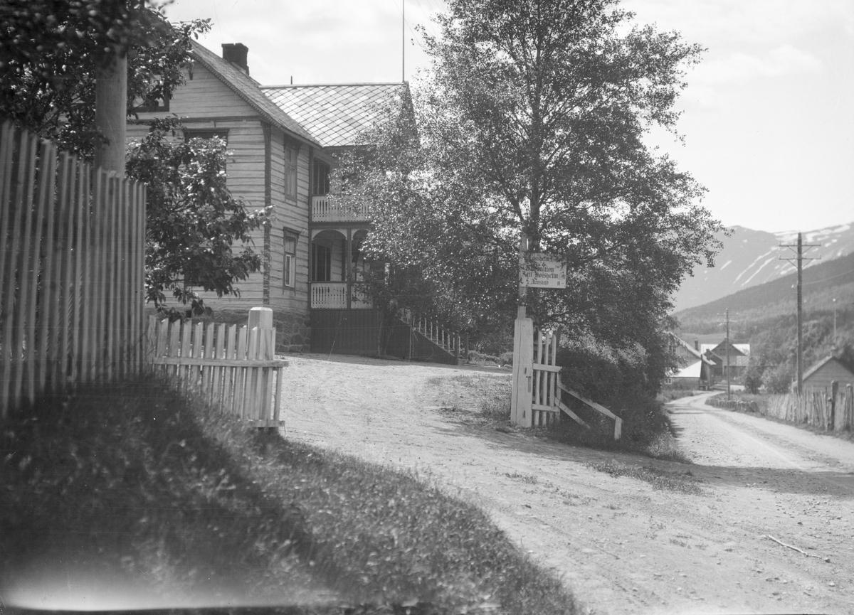 Lom. Garmo. Parti fra Fossbergom. Fossheim hotell og skyss-stasjon med skilt utenfor. Dette var gården til Th. Garmo, hvor han åpnet for overnatting i 1897.