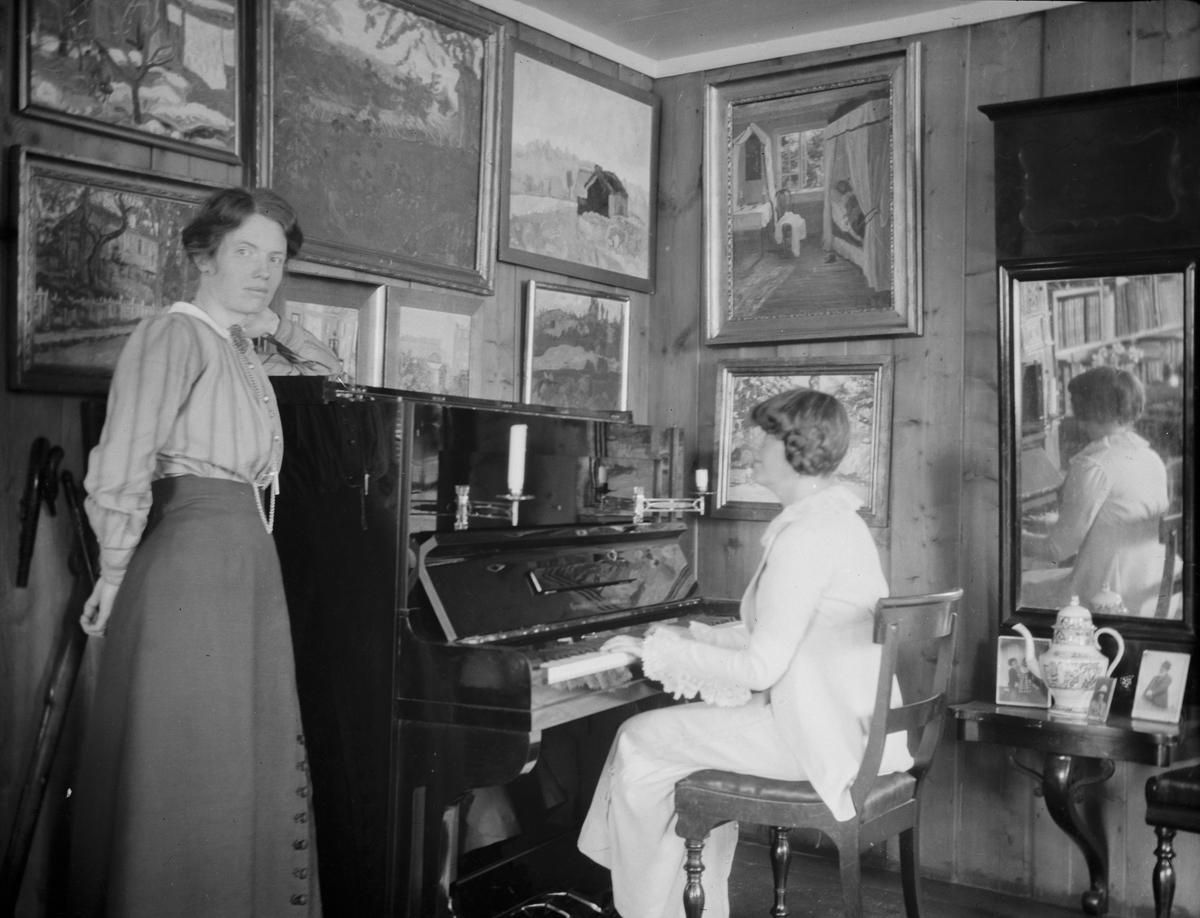 Thora Jorde og Helene Fagstad ved pianoet