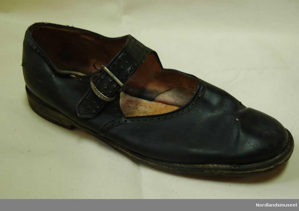0636dcf0 1 svart høyre sko i størrelse 40. Skoen er til en dame og lukkes igjen.  Photo: Nordlandsmuseet