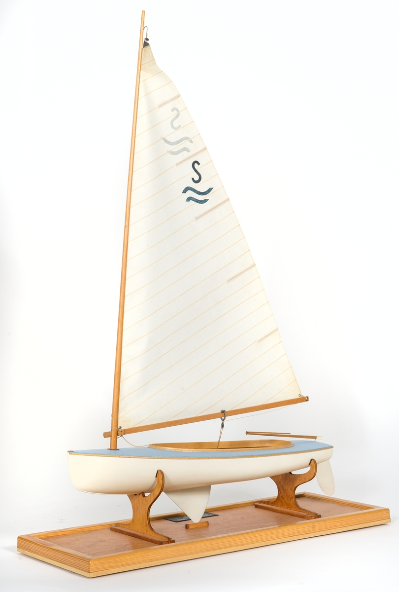 Fartygsmodell av Finnjolle från 1949. Dukklätt skrov. Monterad på platta.