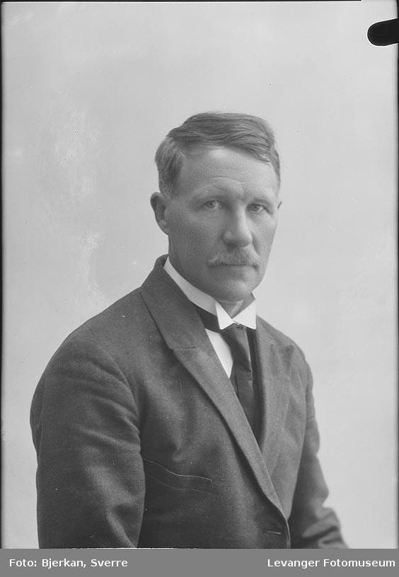 Portrett av E Lyngås fornavn ukjent