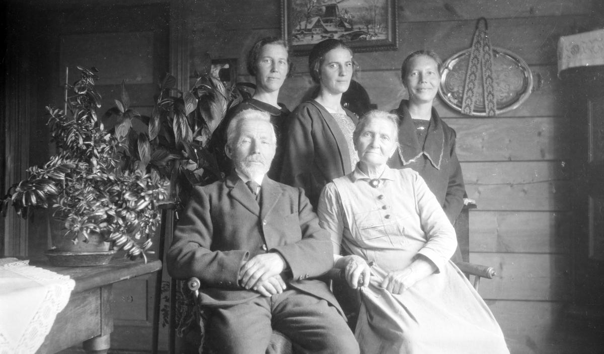 Bakken (Bakka), Bjorli Familiebilde Marit, født Skotte og Lars Bakken m 3 døtre