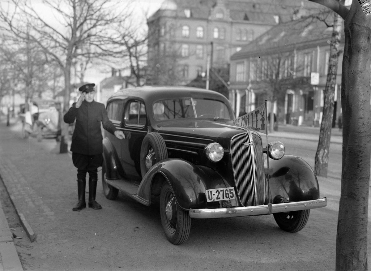 Kolonialforretningen Den Røde Mølle og Chevrolet firmabil med sjåfør