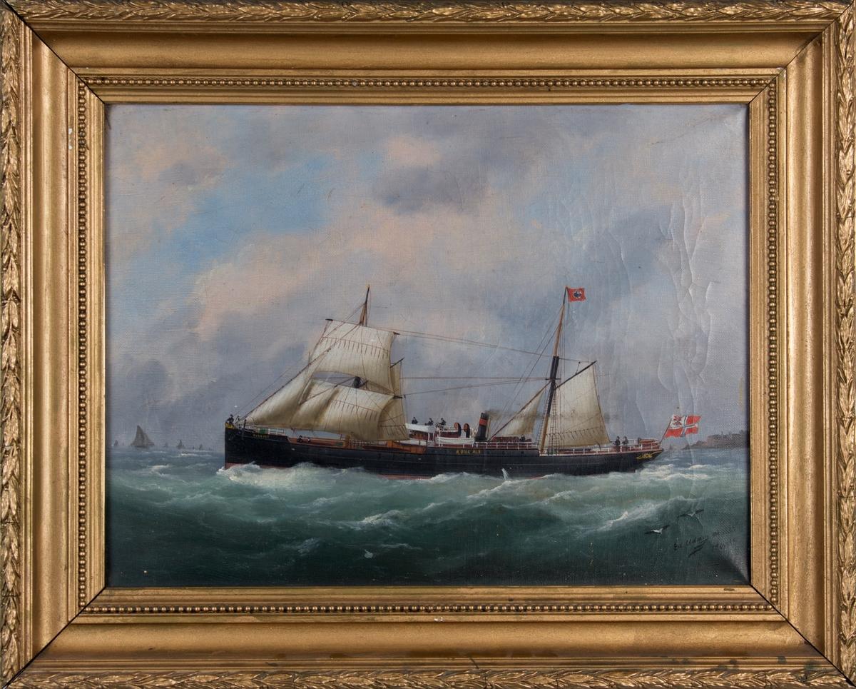 Skipsportrett av DS KONG ALF under fart med seilføring i åpen sjø med unionsflagg akter. Ser andre fartøyer utenfor Le Havre, Frankrike.