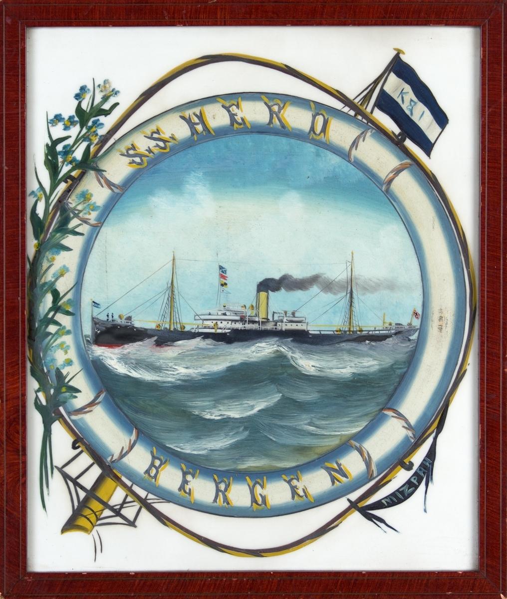 Skipsportrett av DS HERO under fart på åpent hav. Bilde er malt på hvit glass og omkranset av en dekorert livbøye. Blomsterdekor (forglemmegei) pryder venstre side mens rederiflagg til Kjær og Isdahl fra en mastetopp sees øverst til høyre.