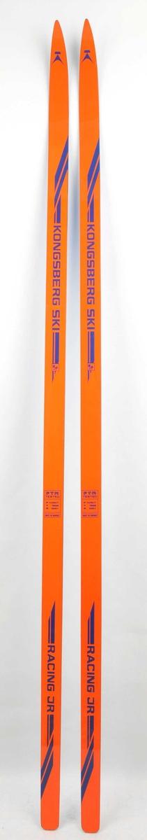 Langrennski i glasfiber. Oransje overside, blå plastsåle. Plastsålen er ikkje slipa.