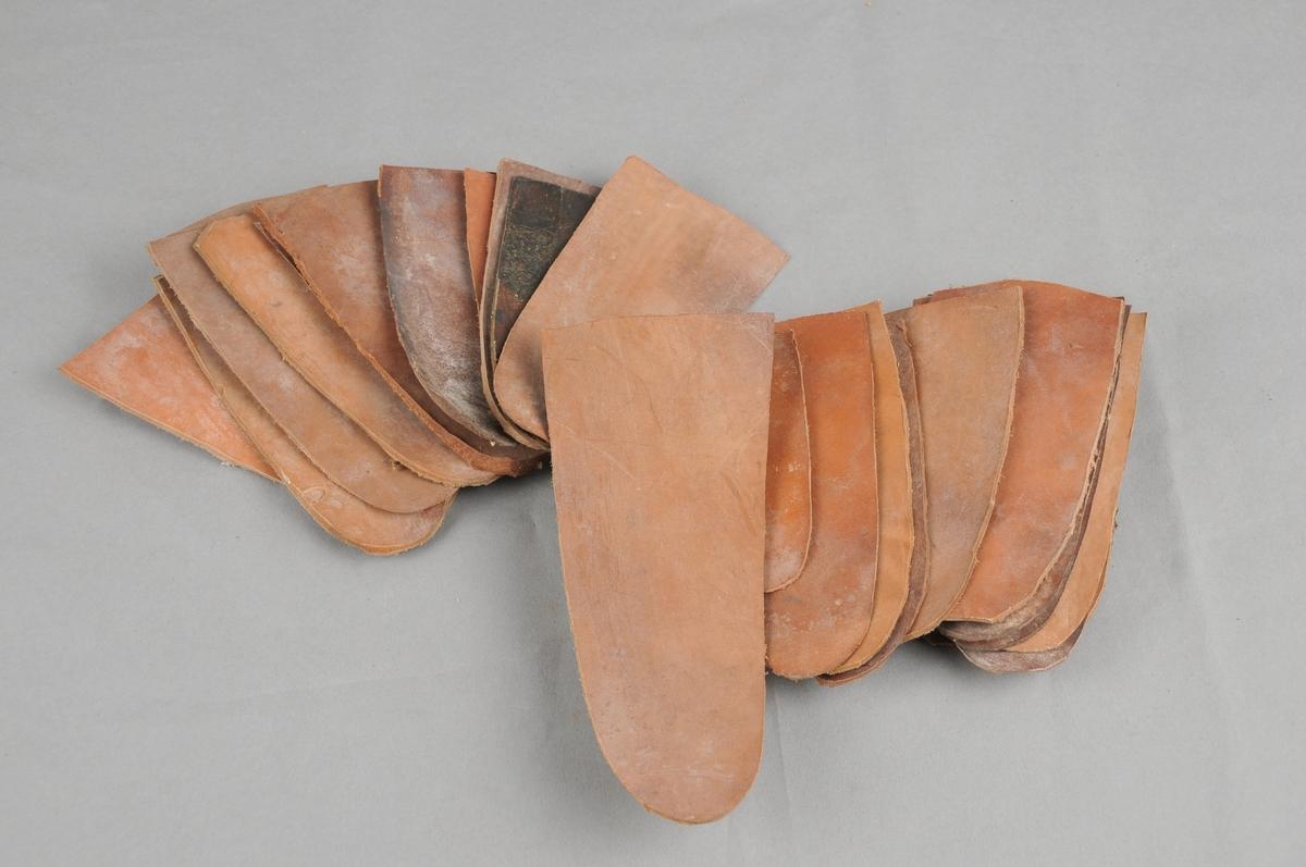 Lærstykke skore ut til sliremaking. Dei har forskjellige høgder og breidder.