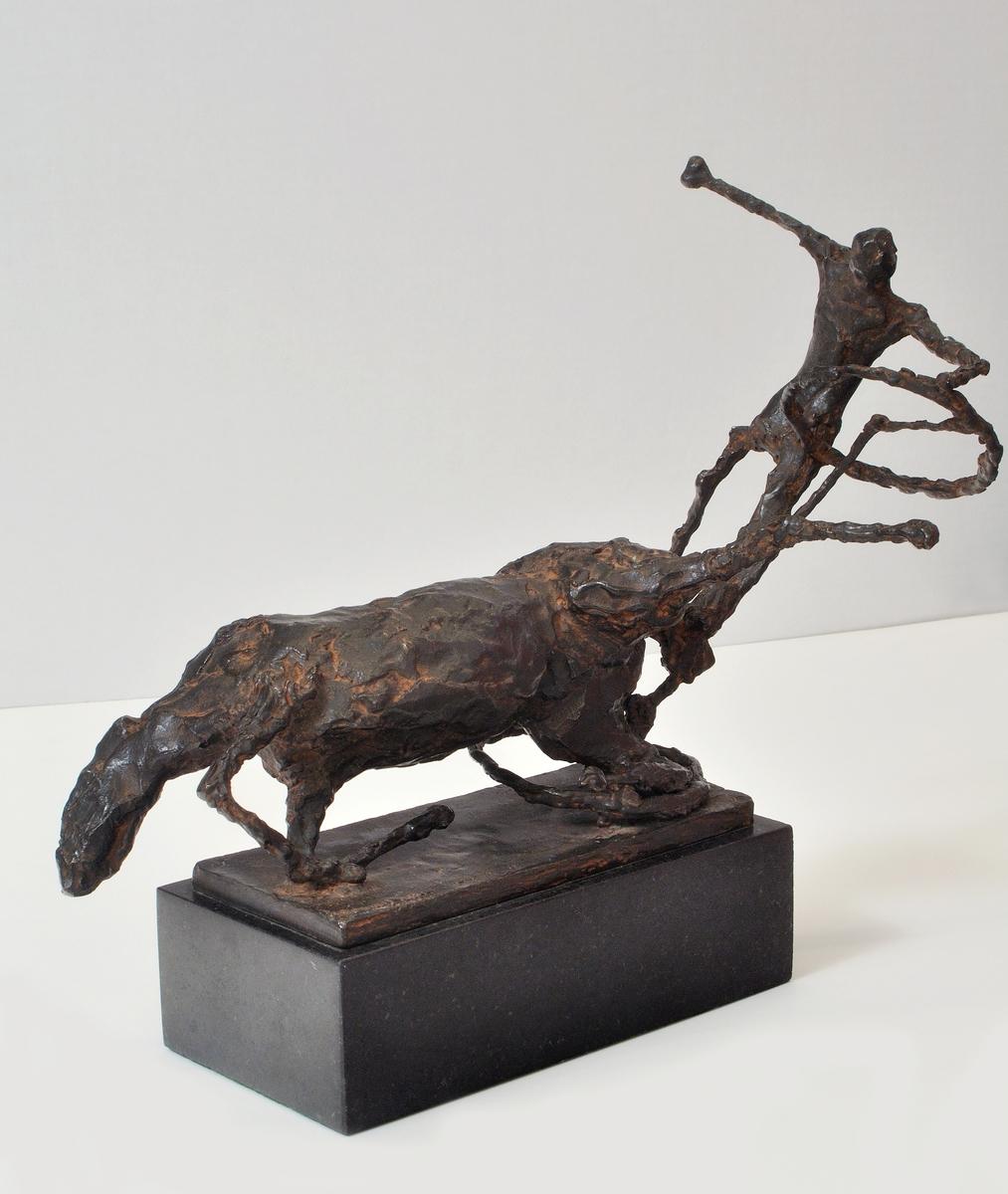 """Skulptur av brons utförd av Asmund Arle, """"Människa och häst""""."""