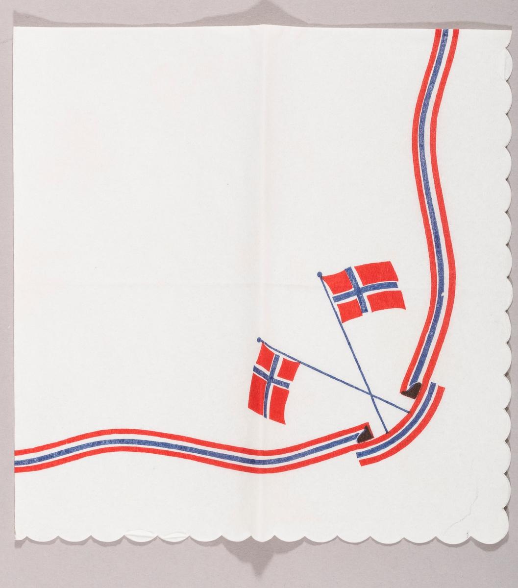 To norske flagg i kryss. Et bånd med knekk i rødt, hvitt og blått