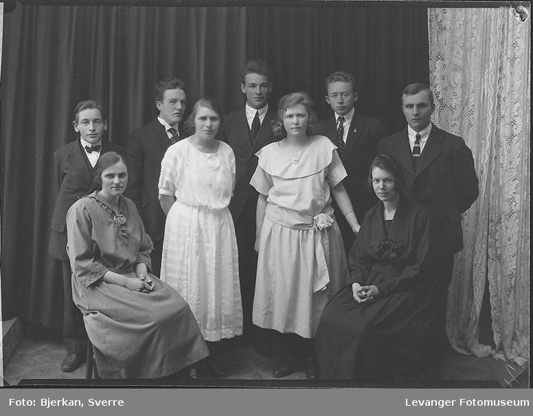 Gruppebilde av 4 kvinner og femm menn forening eller skole. En av dem heter K Salater fornavn ukjent