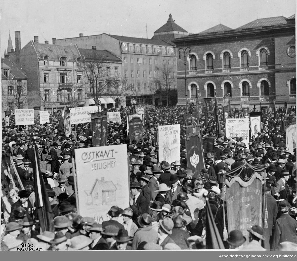 1. mai 1925 i Oslo. Samling på Tullinløkka før avmarsj. Paroler: Østkantleilighet - Arbeidsløsheten - Øket løn - Støtt pølsemakernes kamporganisasjon - m.fl.