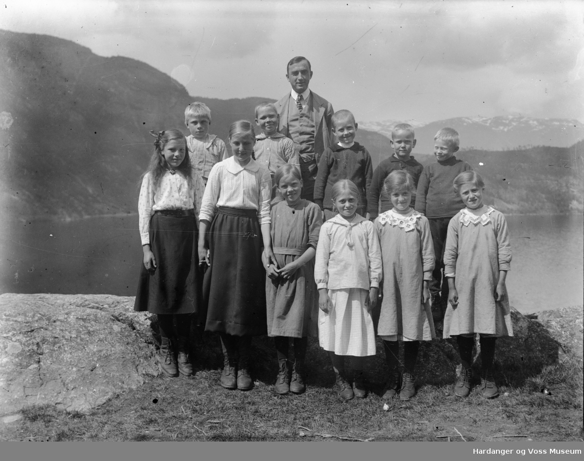 Lærar Lars P. Wallevik med skuleklasse på Bagnstrond