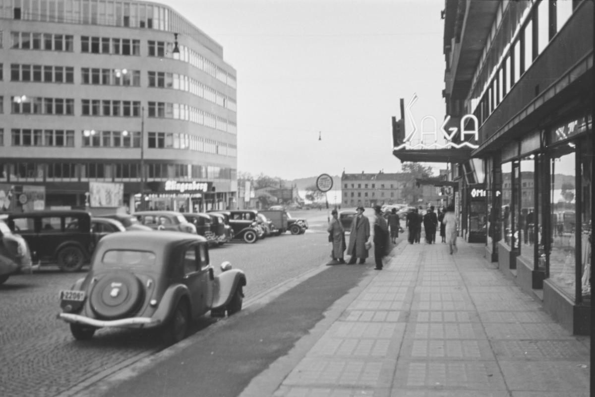 Utenfor Klingenberg kino ved åpningen 6. oktober 1938. Åpningsfilmen var den norske filmen Ungen.