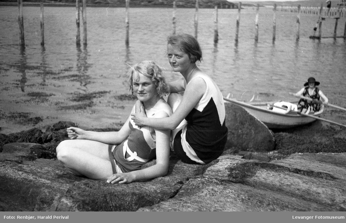 To jenter ved fjorden, Magnhild Renbjør i bakgrunn.