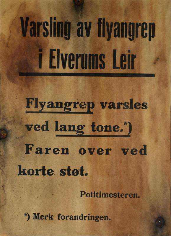 Plakaten blir hengt opp på en bjørk i Elverum sentrum for å varsle befolkningen. Den er tydelig merket av bombingen i 1940. Plakat utlånt av Marit Hjorth Høivik.
