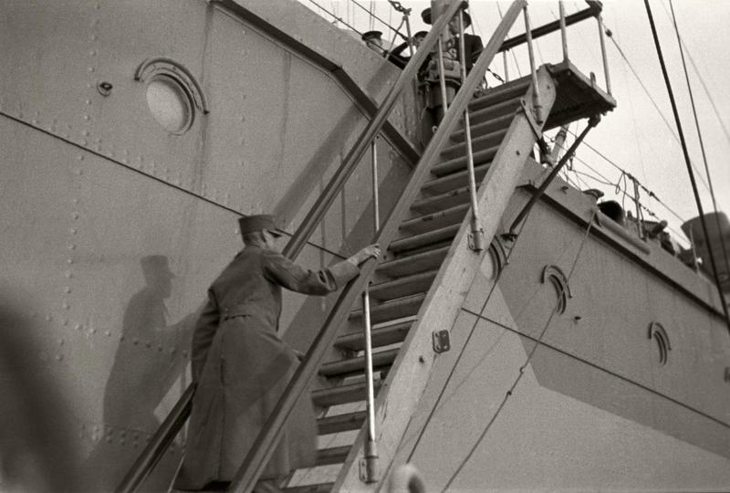 Den 7. juni 1940 går kong Haakon og kronprins Olav om bord i den britiske krysseren Devonshire med kurs for England. Foto: Nikolai Ramm Østgaard/ De kongelige samlinger.