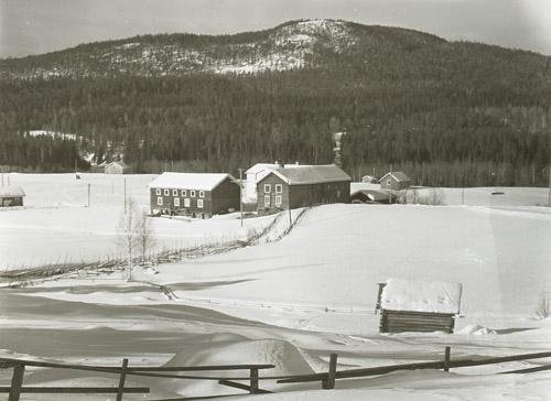 Gården Björsarv i snöigt landskap med berg i bakgrunden, Västerstråsjö 30 oktober 1952.