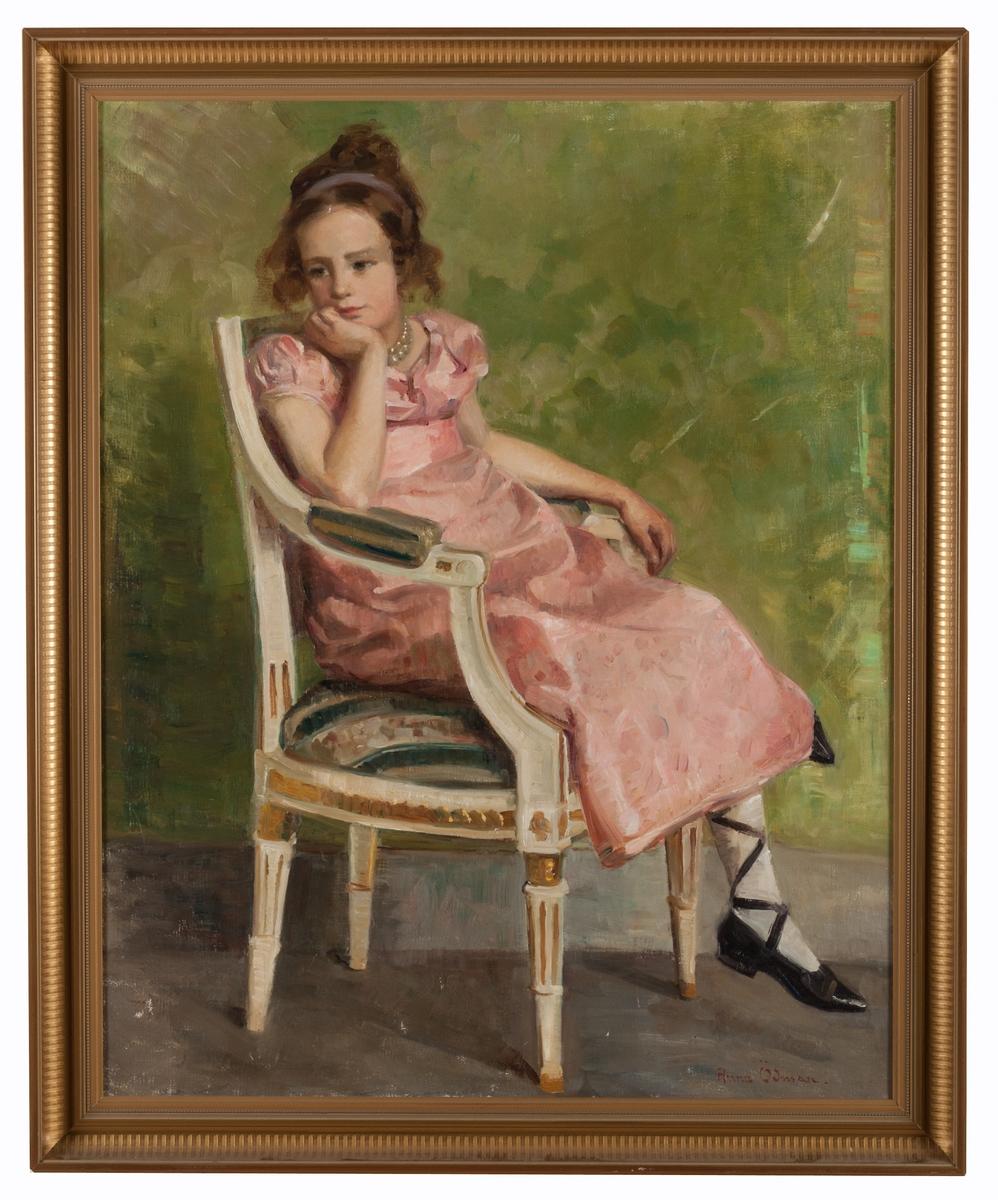 Porträtt utfört av Anna Ödman, avbildande flicka sittandes i gustaviansk karmstol. Iklädd rosa klänning med empire-snitt.  Saknar påskrifter på baksidan.  I originalram av trä.  Olja på duk.
